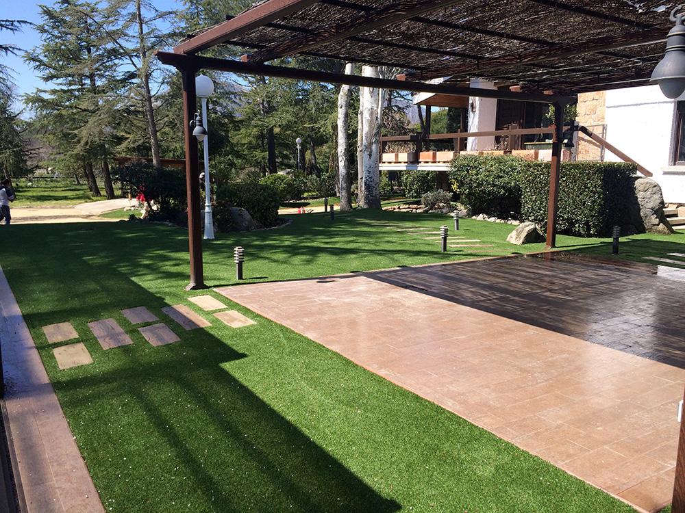 C sped artificial en el jard n de manuel green decor - Cesped artificial jardin ...